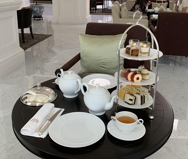 ラッフルズホテルシンガポールのグランドロビーでのアフタヌーンティー